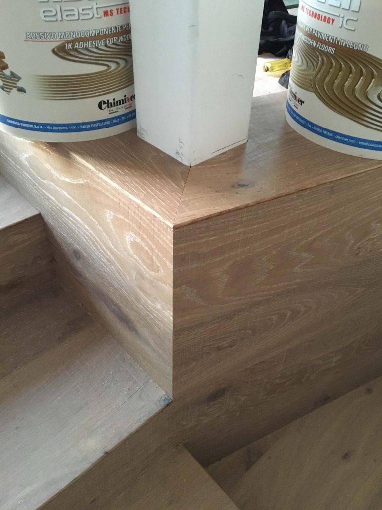 מדרגות מפרקט וקיר מפרקט שמתחברים במפלס עליון