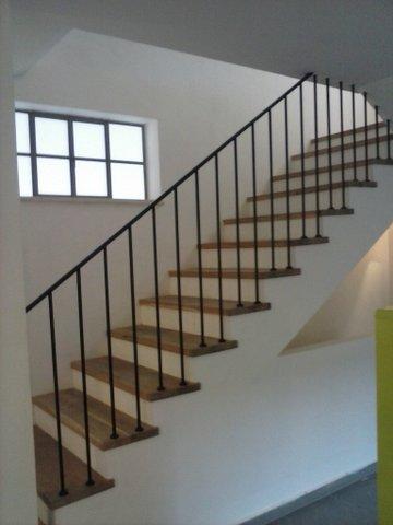 מדרגות שלח מעץ אלון מלא רום מטויח