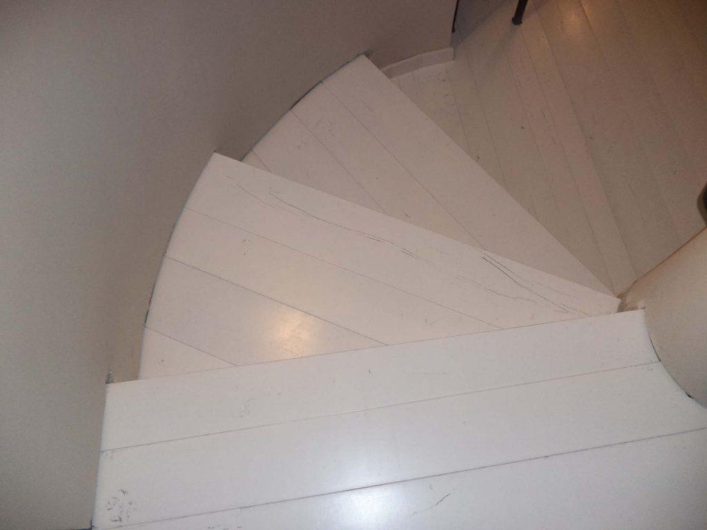 מדרגות משולשות מפרקט לבן