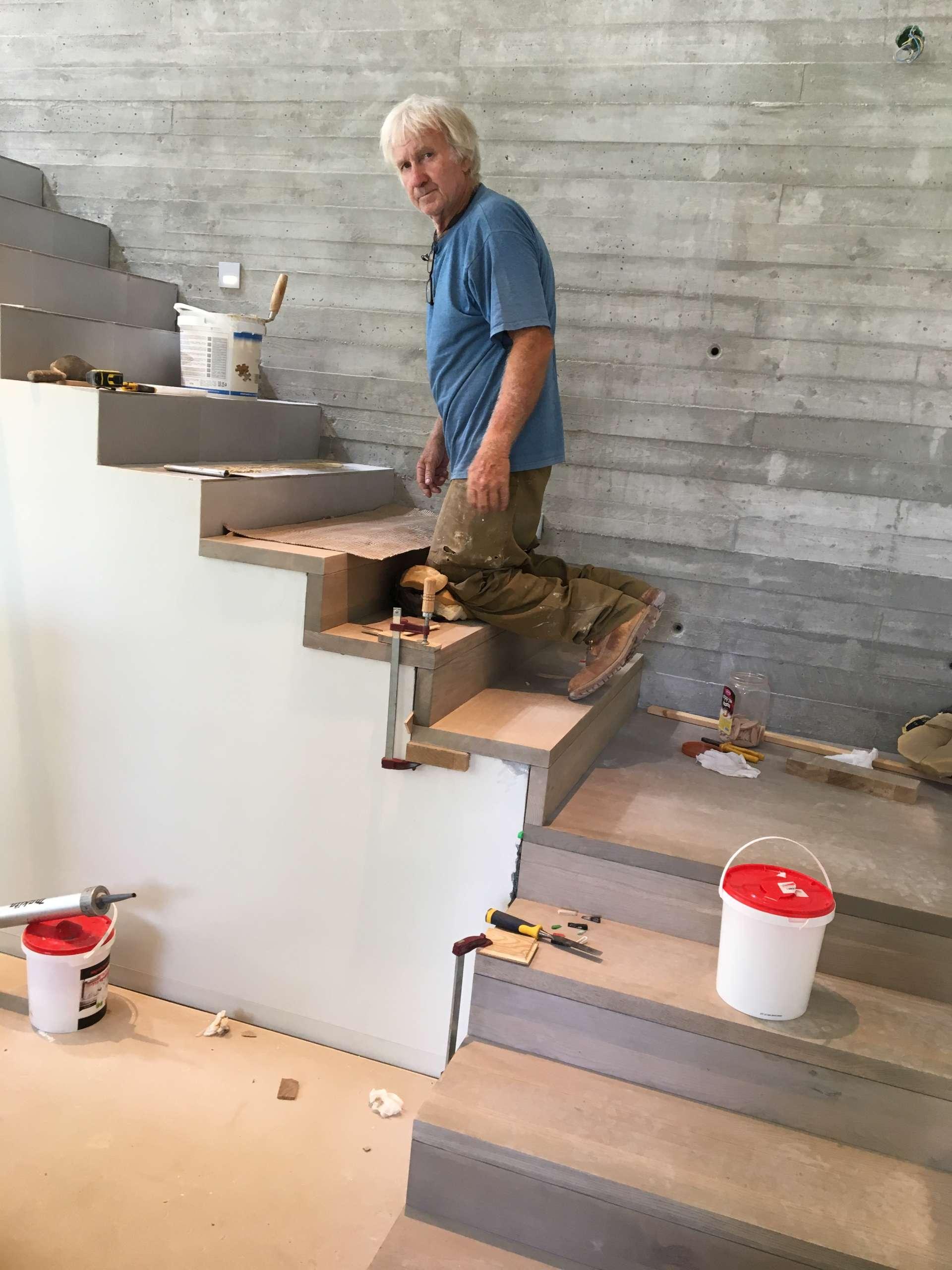 התקנת מדרגות מעץ אלון מלא