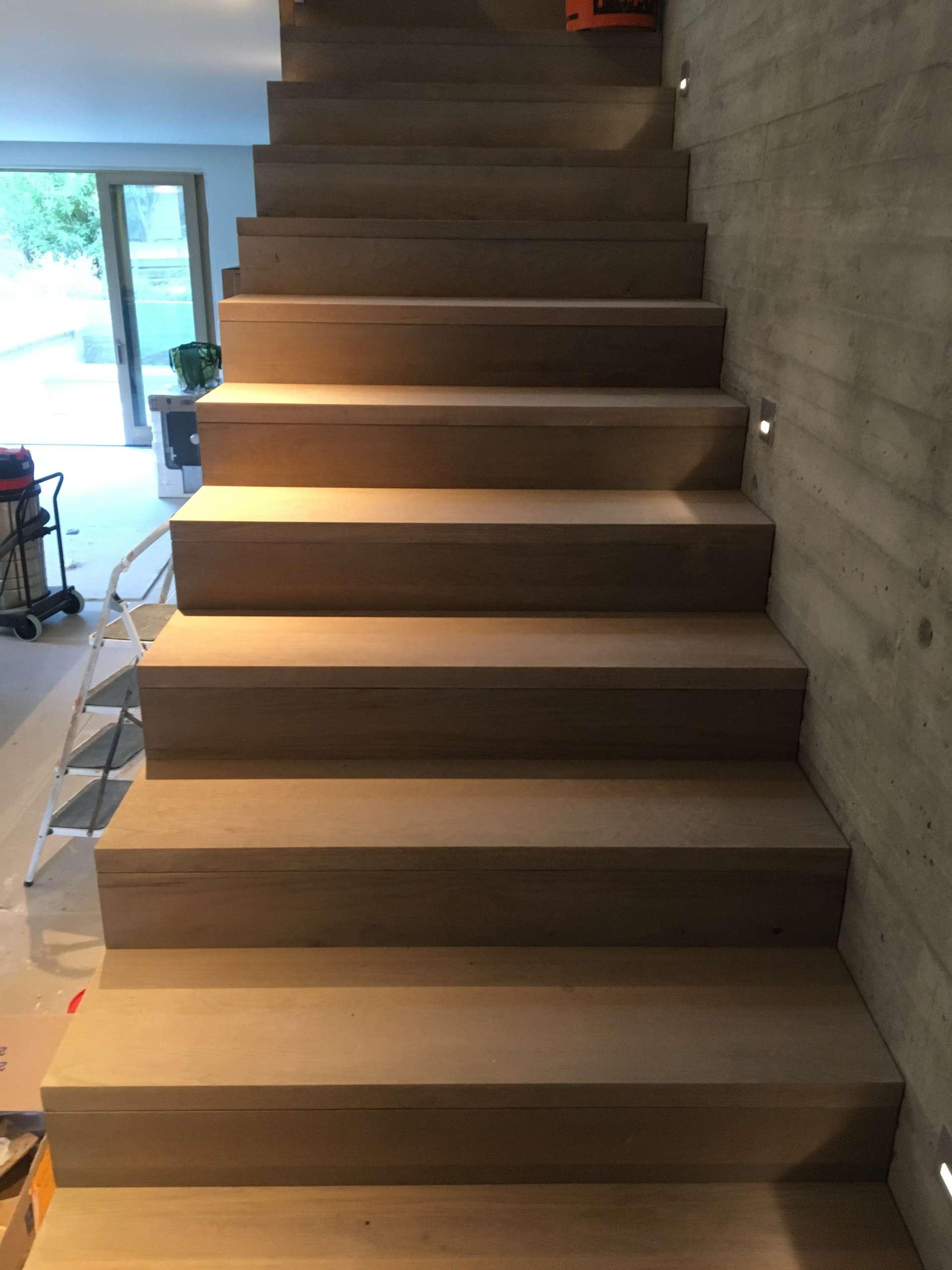סיום התקנת מדרגות מעץ אלון מלא