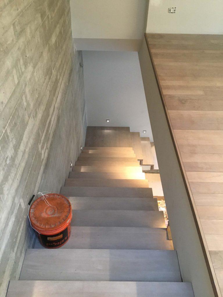 מדרגות מעץ אלון מלא מעושן