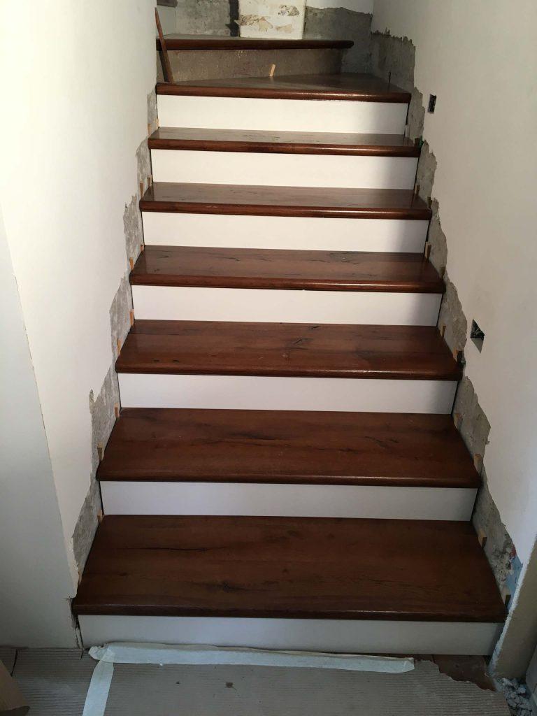 מדרגות אלון שלח צבוע לכה ורום שלייף לק לבן