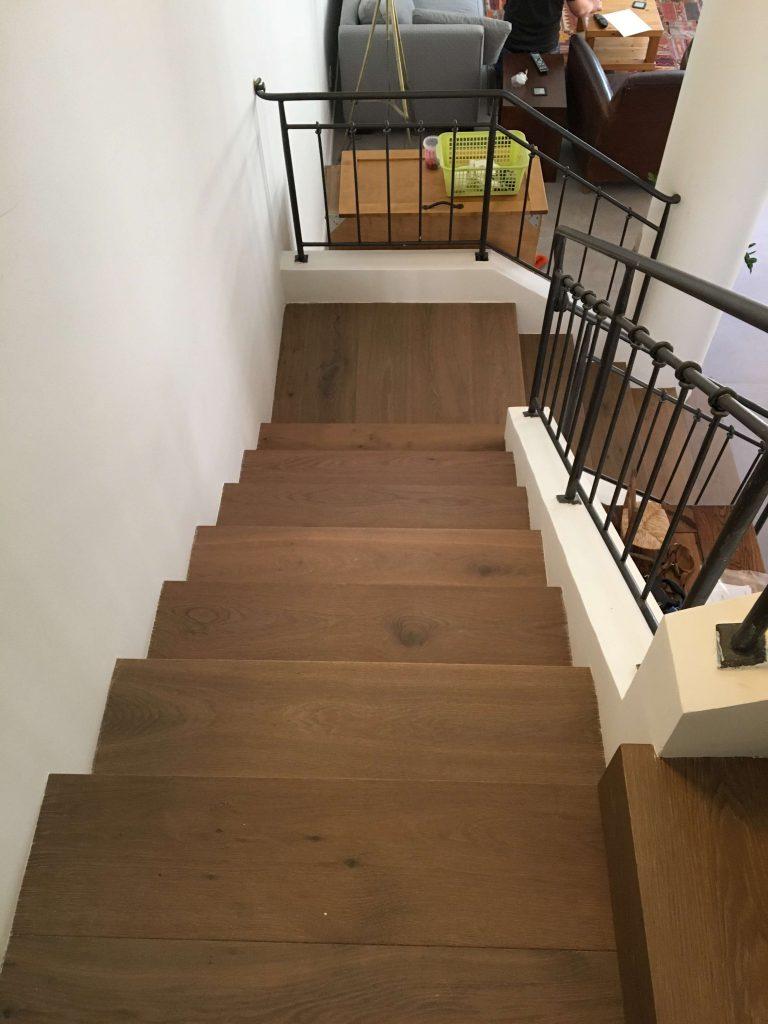 מדרגות מפרקט בין קירות