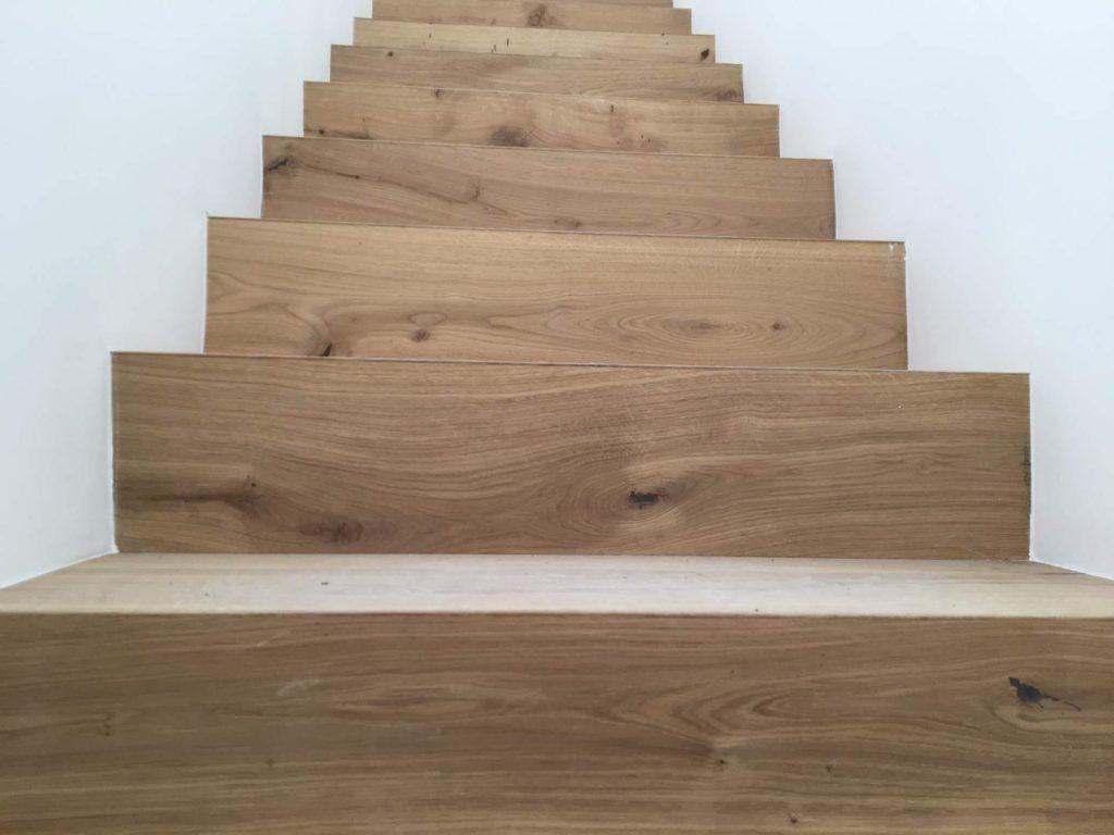 מדרגות ללא פאנלים עם כיסוי טיח