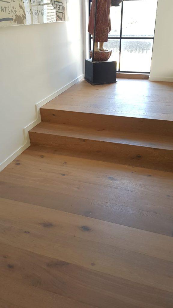 מדרגות מפרקט וקיר מפרקט שמתחברים במפלס עליון כולל פנלים