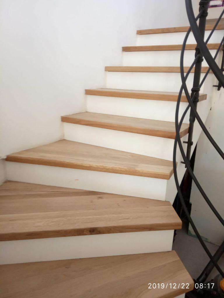 מדרגות מעץ אלון גושני